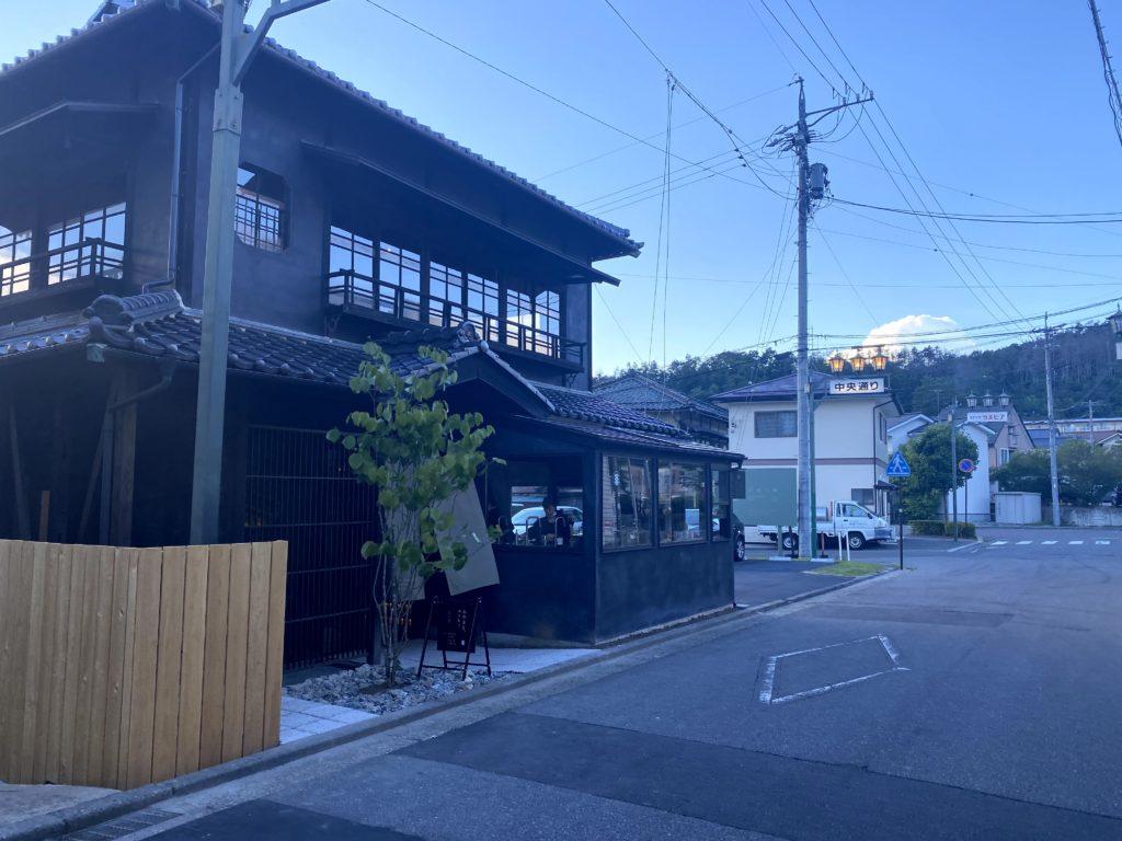 レセプション(チェックイン)棟「おやきとコーヒー by artless craft tea & coffee」